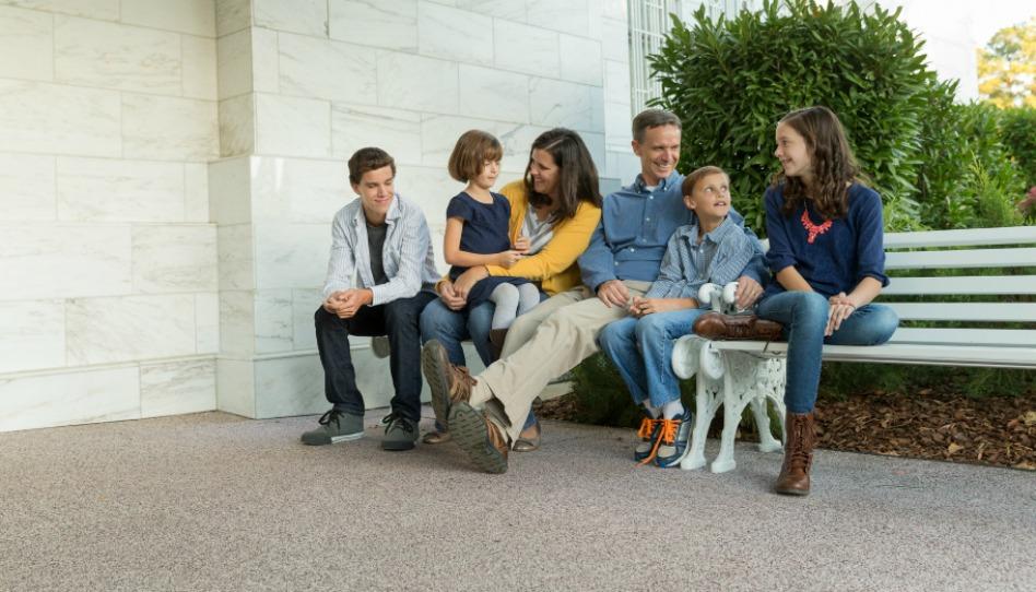 Rodina sedící před chrámem