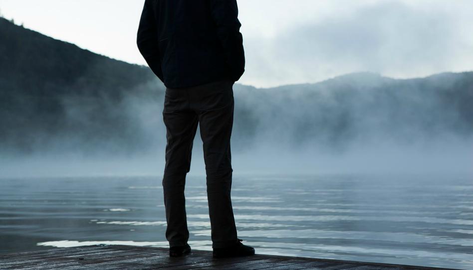 Muž, který stojí u moře