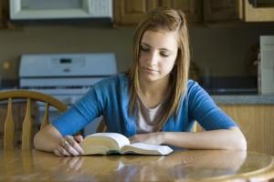 mladá dívka, která čte písma