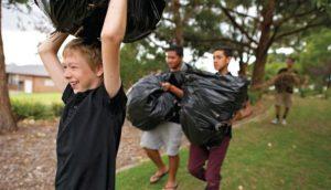 Chlapec pomáhá druhým