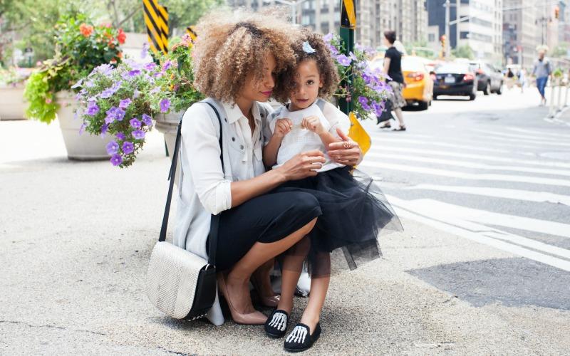 Maminka která sedí u svého dítěte