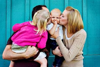 Milující rodina u domu