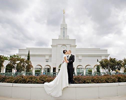 Novomanželé před chrámem