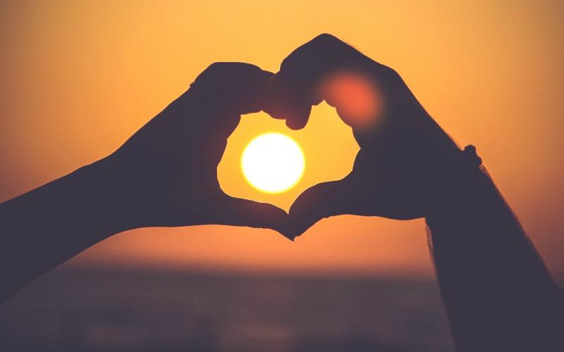 Spojené ruce do tvaru srdce