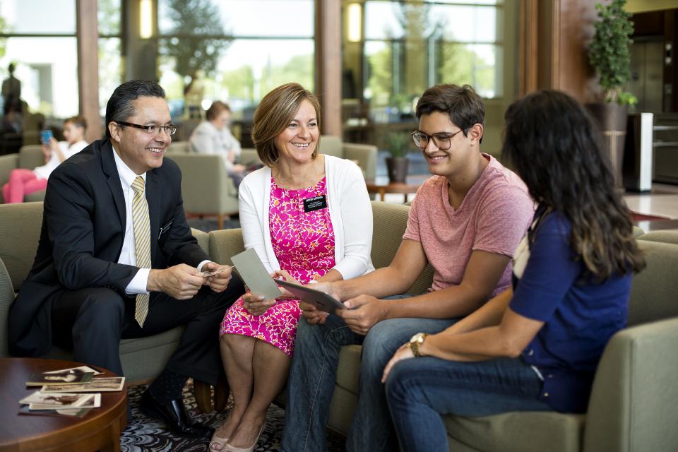 misionářský pár učí mladé lidi se členem