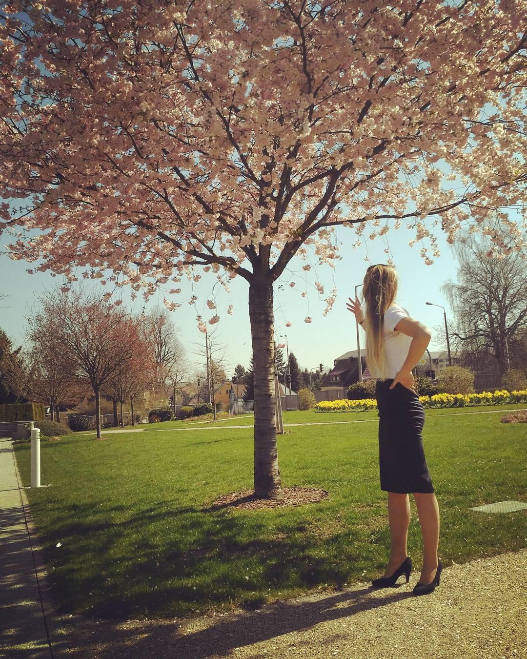 Mladá žena u stromu
