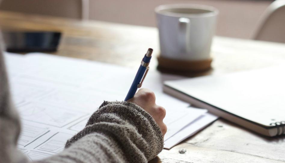 jak vztahovat pisma na sebe