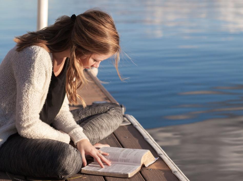 holka čte na molu písma