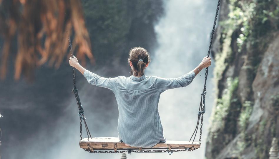 žena na houpačce nad řekou bez stresu
