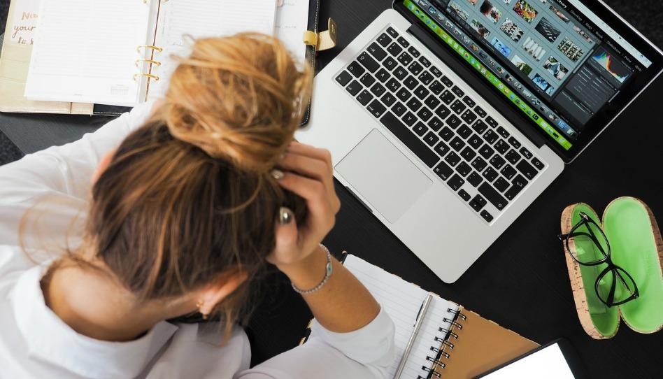žena upočítače shlavou vdlaních stres