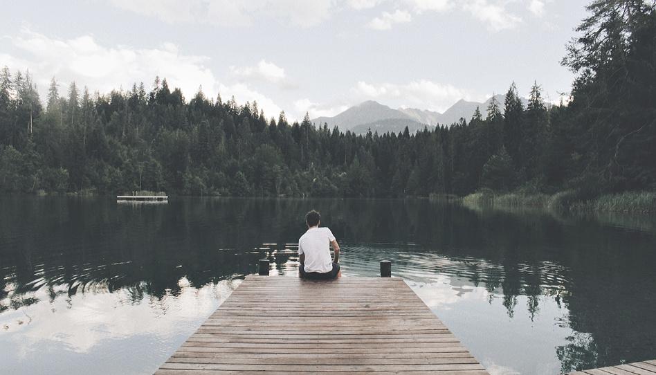 Kluk sedi na molu u jezera