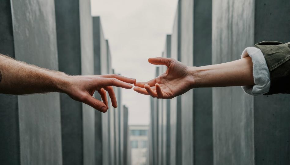 dvě ruce natazene k sobe