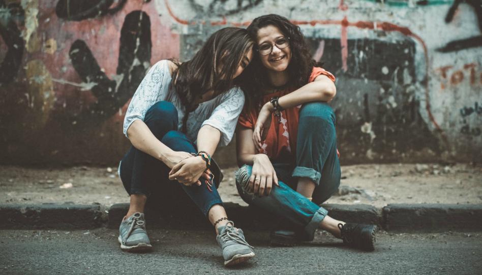proč jsme každý jiný dve holky se spolu smejou