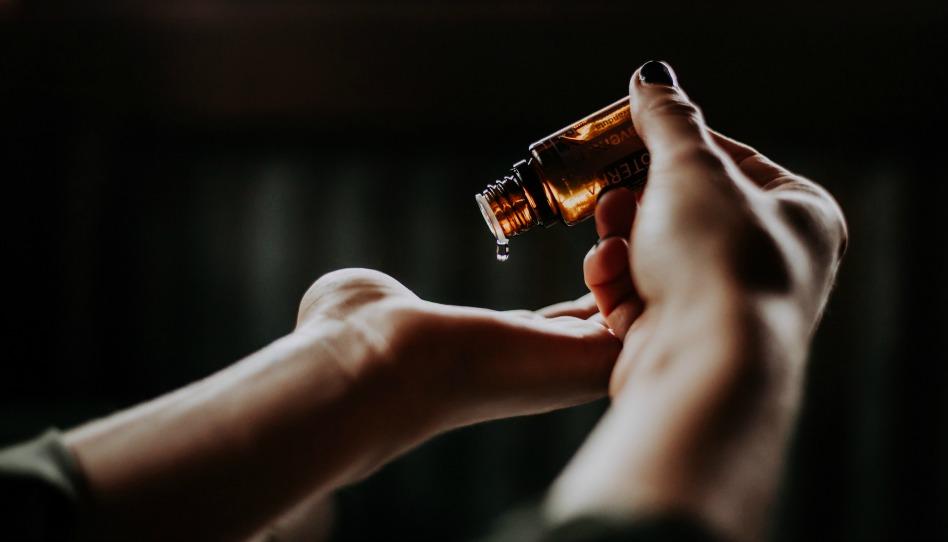 odpusteni je proces kapani esencialniho oleje na dlan