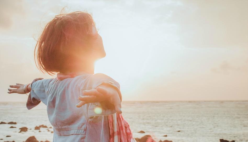odpusteni prinasi volnost zena u more pri zapadu slunce