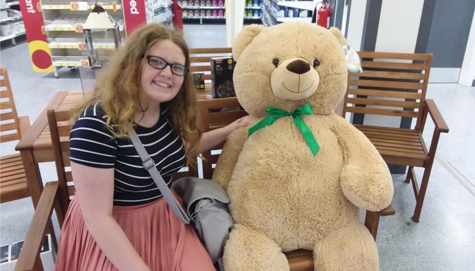 verca v obchode s velým plyšovým medvedem
