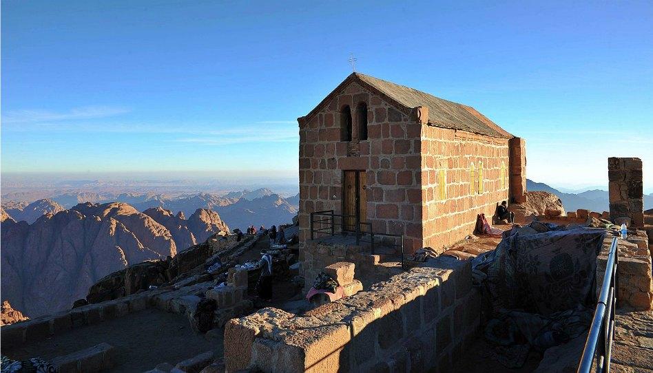 Pohled z egypstké hory Sinai, na vrcholu dnes stojí pravoslavný kostel